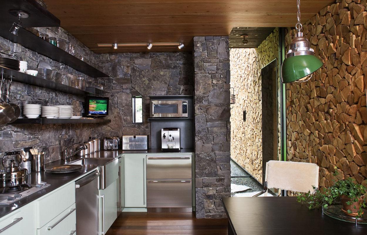Кухня отделанная декоративным камнем