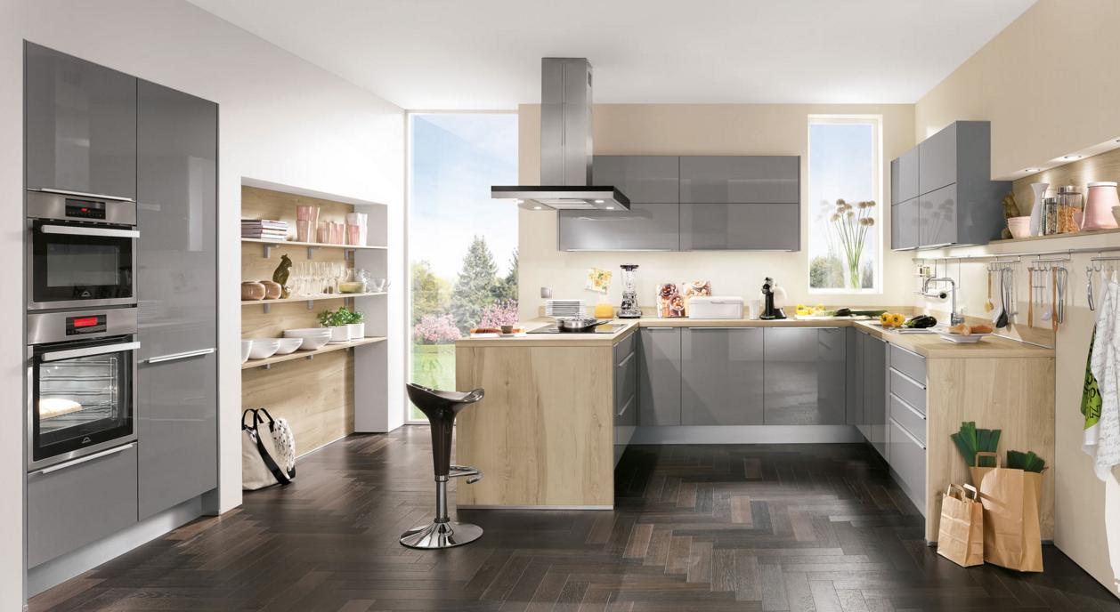 Кухня со светлыми тонами и серым цветом