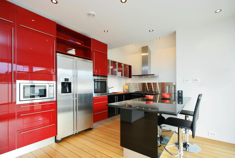 Кухня с красной отделкой