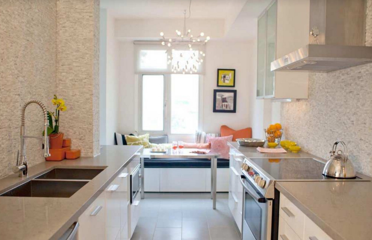 Светлая узкая кухня