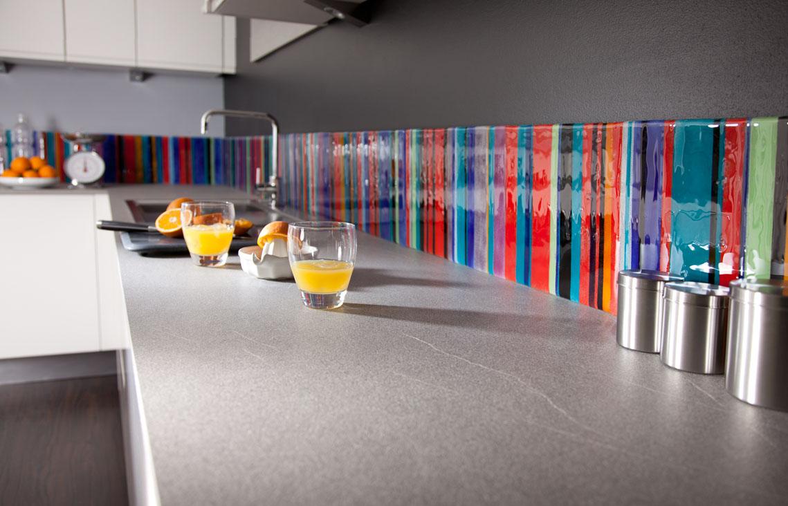 Скинали из разноцветного стекла для кухни