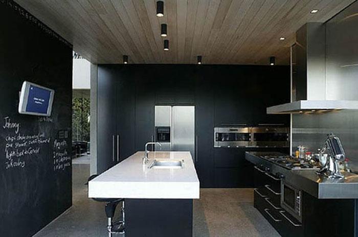 Черные стены в черной кухне