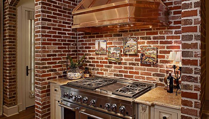 Кухня, задекорированная искусственным кирпичом