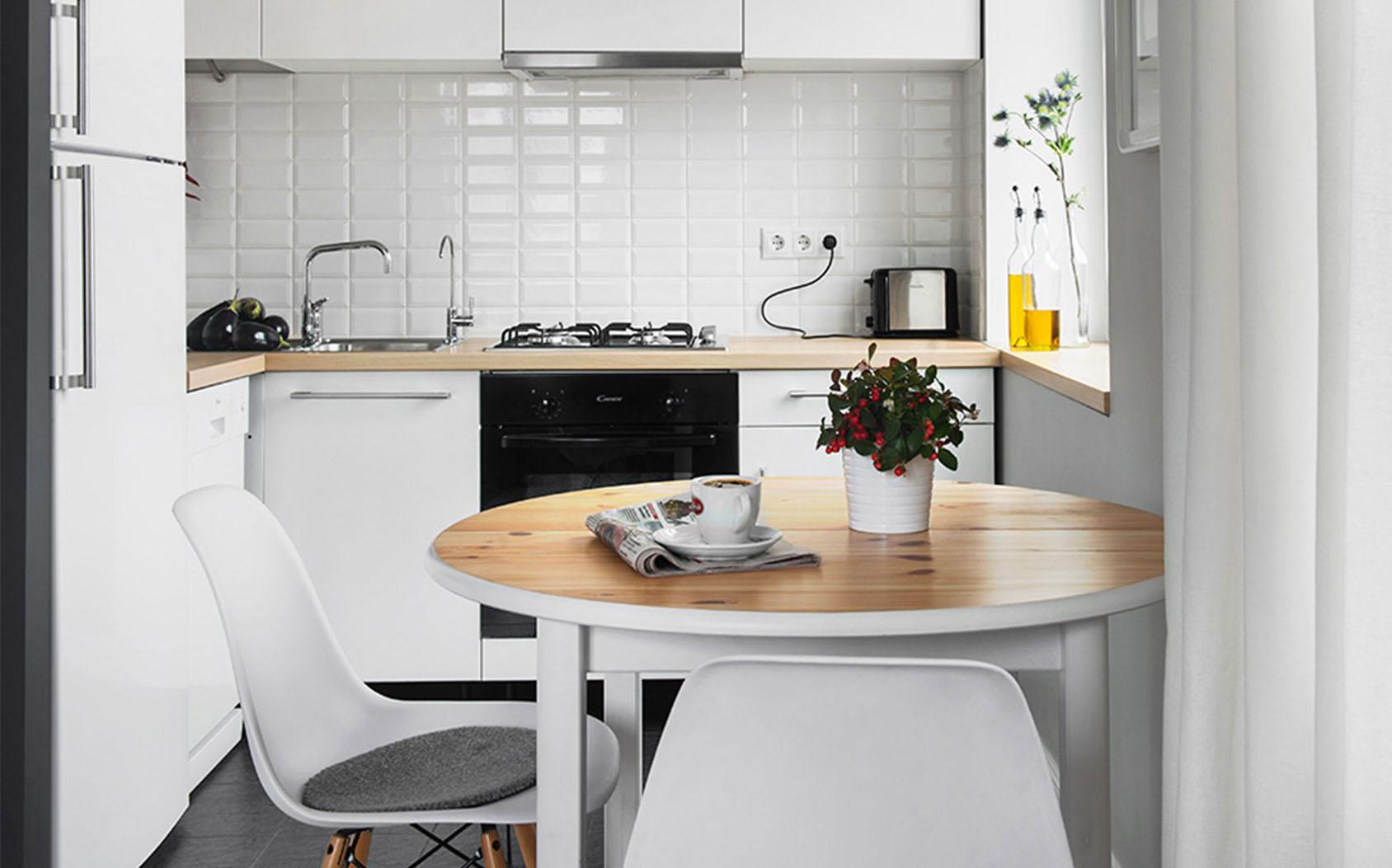 Круглый стол на белоснежной кухне