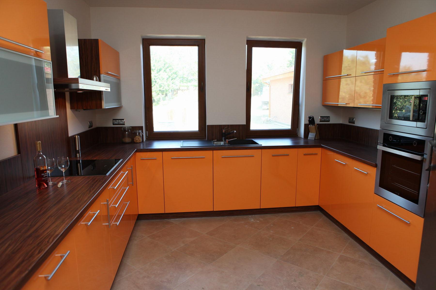 Большая оранжевая кухня
