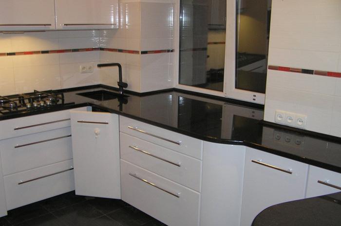 кухня с черной столешницей