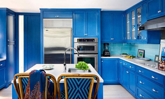 Синяя кухня в интерьере погружает в спокойствие