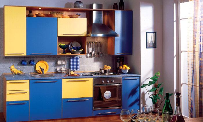 Сине-голубые краски хорошо сочетаются с солнечными оттенками