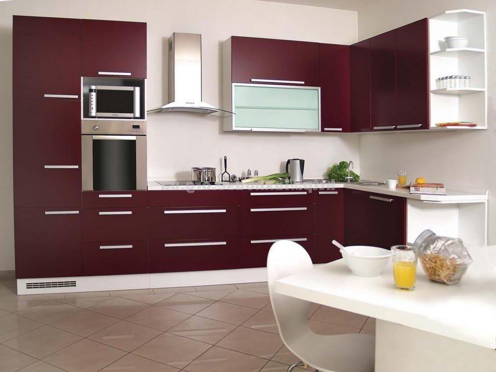 Кухня в белом и бордовом цветах