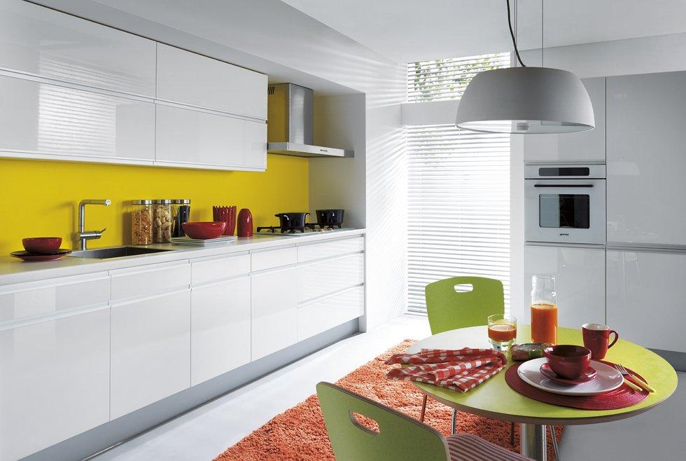 Белая мебель на кухне
