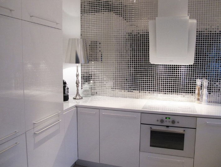 стильый зеркальный фартук на кухне