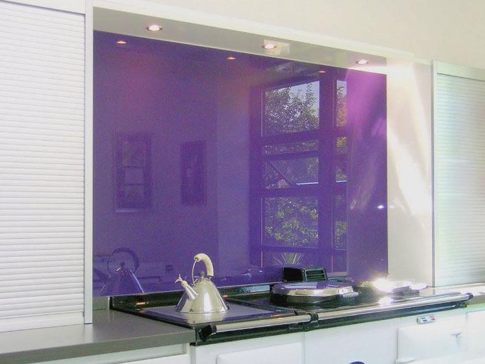 фартук на кухне из цветного стекла