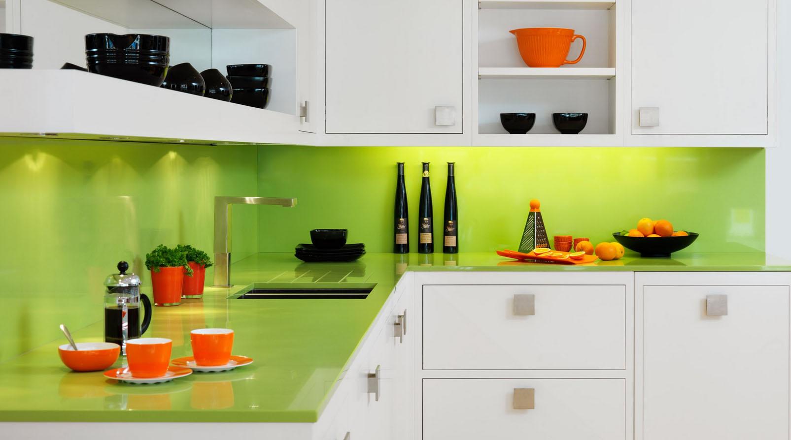 Ярко зелёный цвет фартука и столешницы