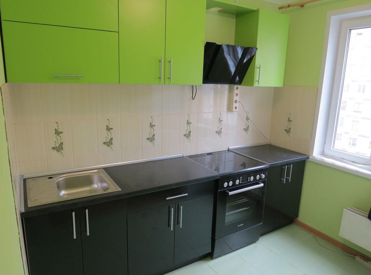 Чёрные и зелёные фасады кухни