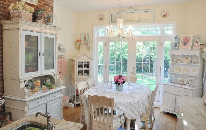 Белая кухня в интерьере винтаж