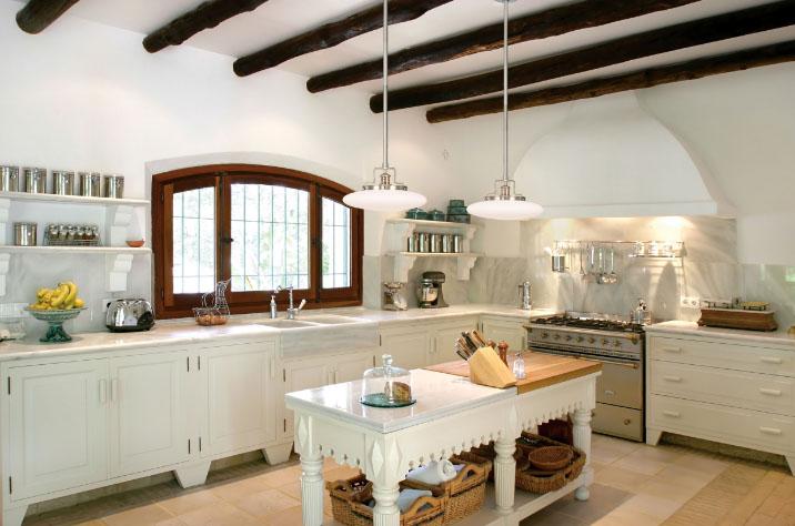Белая кухня в интерьере кантри