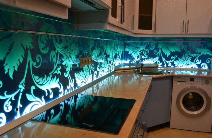 бирозово-синее стеклянное панно на кухне