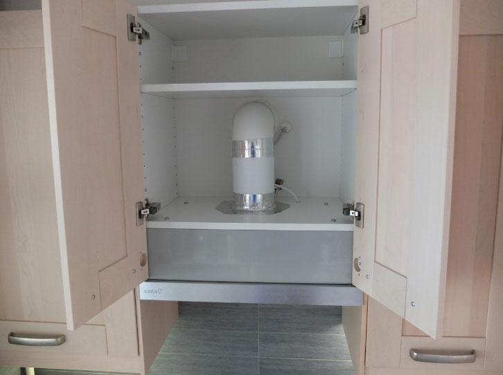 Пластиковый короб для вытяжки на кухне