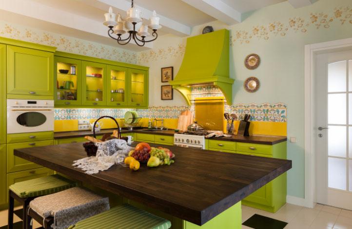 салатовая кухня с деревянным столом