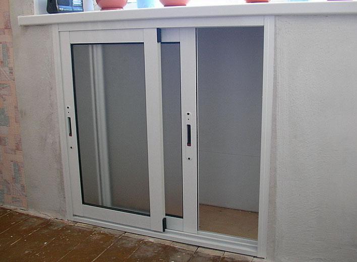 Ниша под окном с дверками