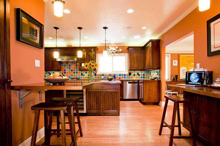 Оранжевые стены кухни