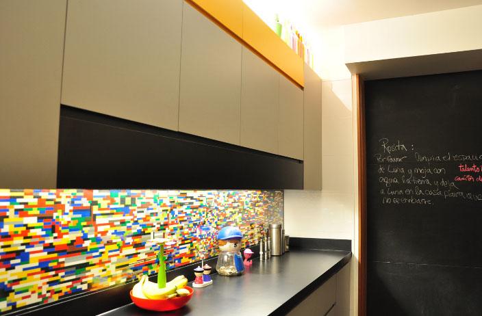 Цветной фартук на кухне подарит настроение