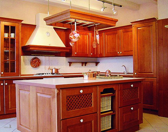 вытяжка на деревянной кухне