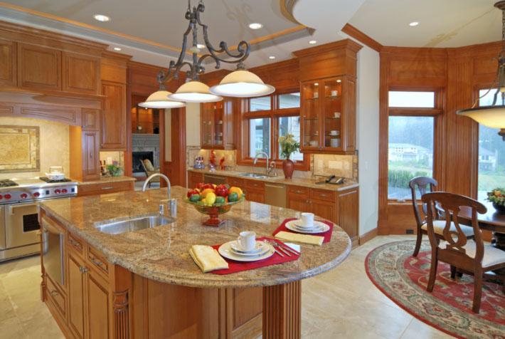 люстра и точечные лампы на кухне