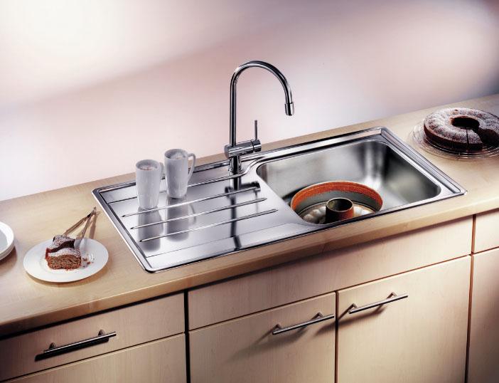 металлическая врезная мойка на кухне