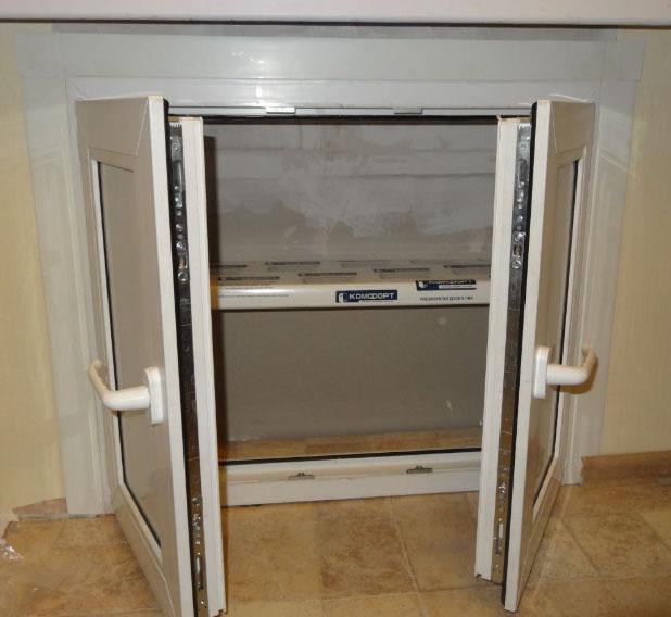 мини холодильник под окном в нише