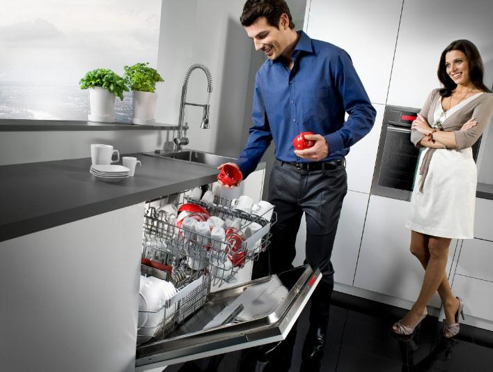 мужчина и женщина на кухне