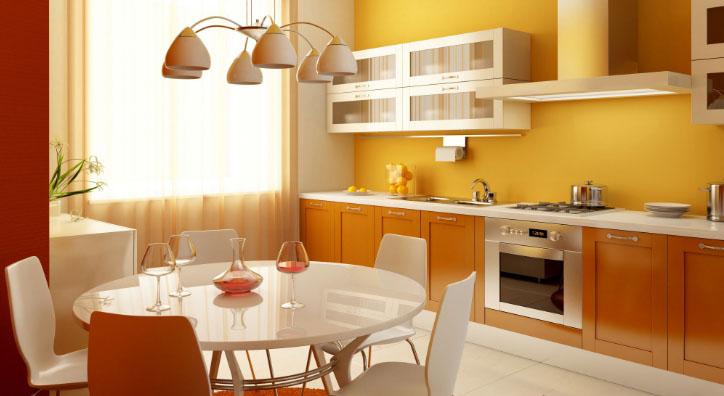 оранжевые стены маленькой кухни