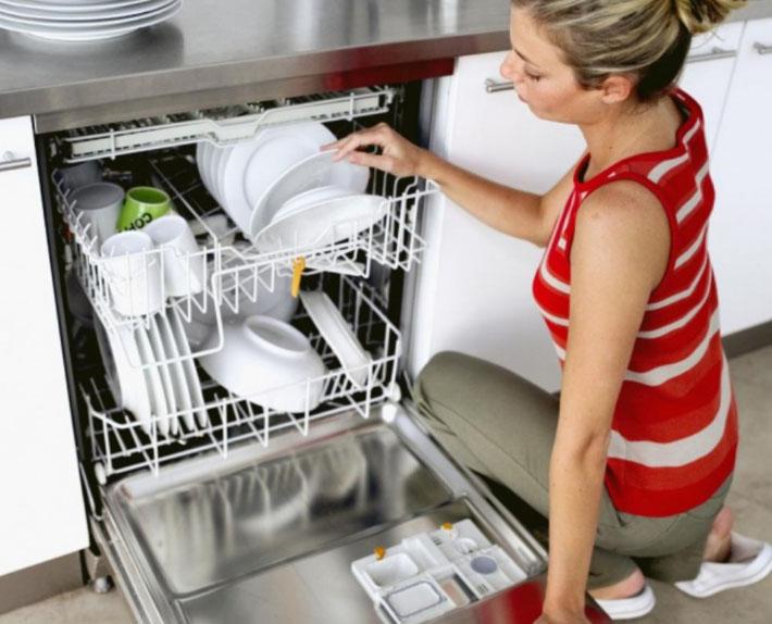 посудомоечная машина и девушка
