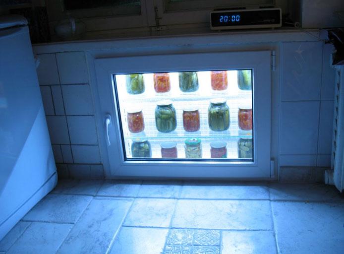 холодильник под окном с подсветкой