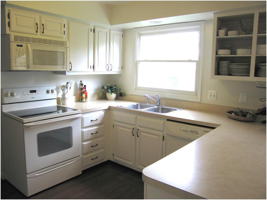 Дизайн в доме: кухня с пластиковым окном на стене
