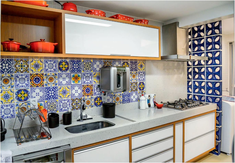 Дизайн кухонь с цветными фартуками