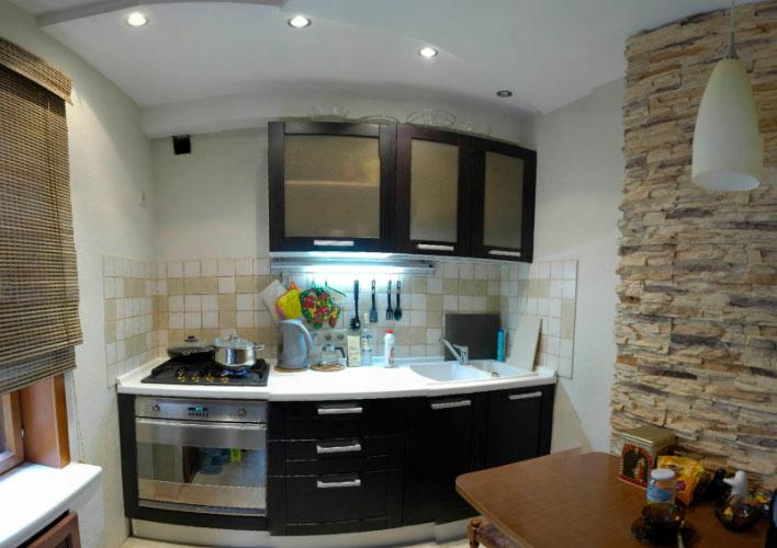 Как спрятать трубы на кухне вдоль стены | 500x708