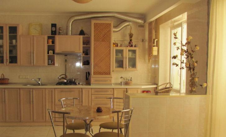 уютная кухня с газовой колонкой