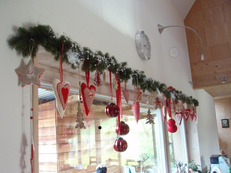 украшение окна ёлочными игрушками
